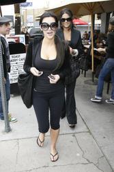 [IMG]http://img162.imagevenue.com/loc374/th_22238_Kim_Kardashian_lunchinWestHollywood.com_TheElder_KimKardashian2010_02_23_lunchinWestHollywood17_122_374lo.jpg[/IMG]